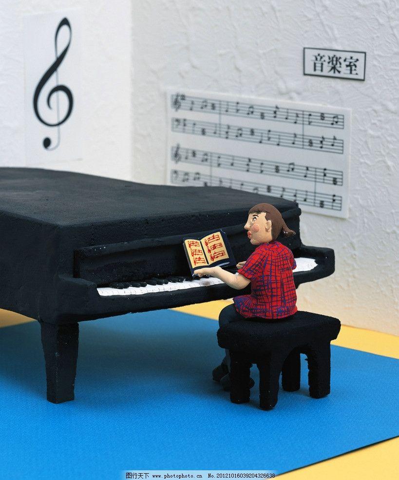 弹钢琴图片