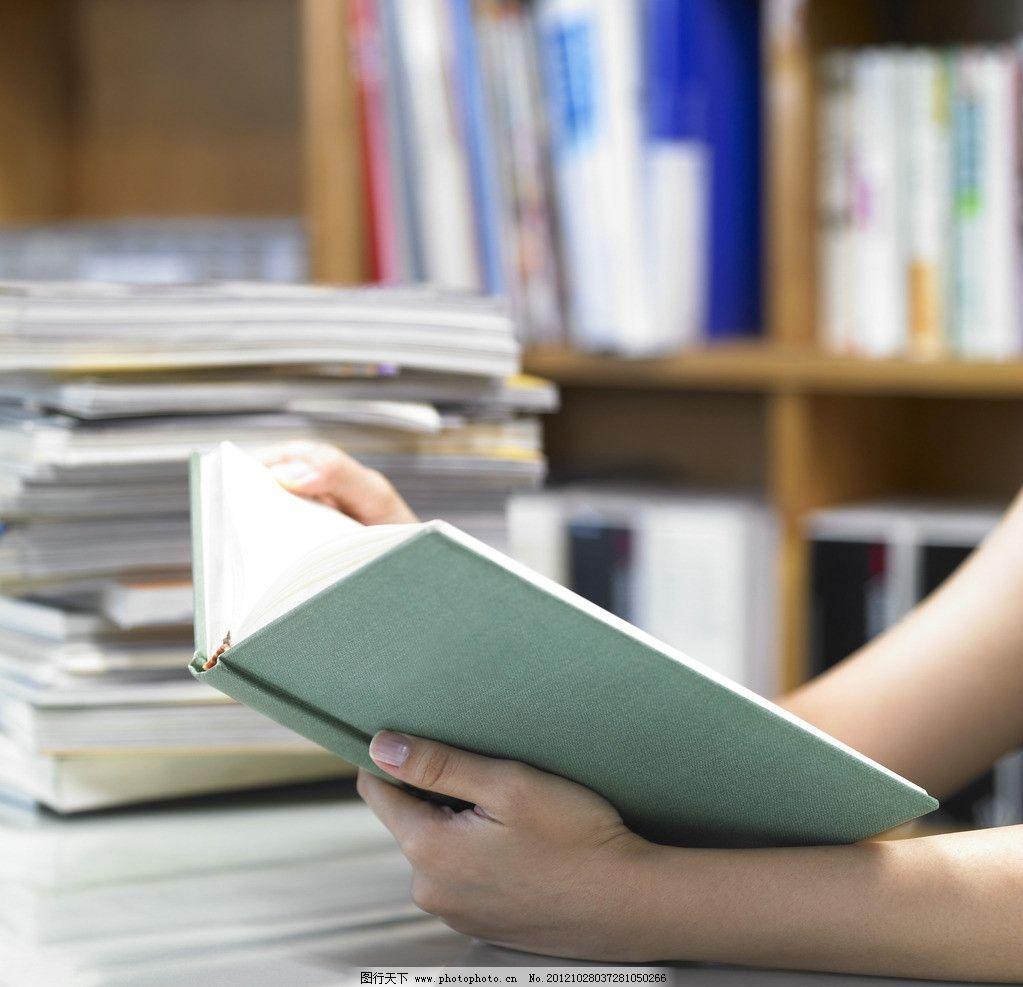 书 看书 书籍 书本 读书 图书馆 图书 手捧书 书桌 学习 教育 文学