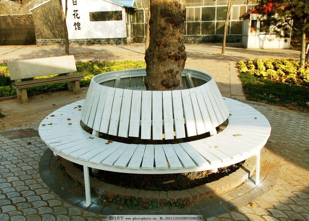 公园一角 白色座椅