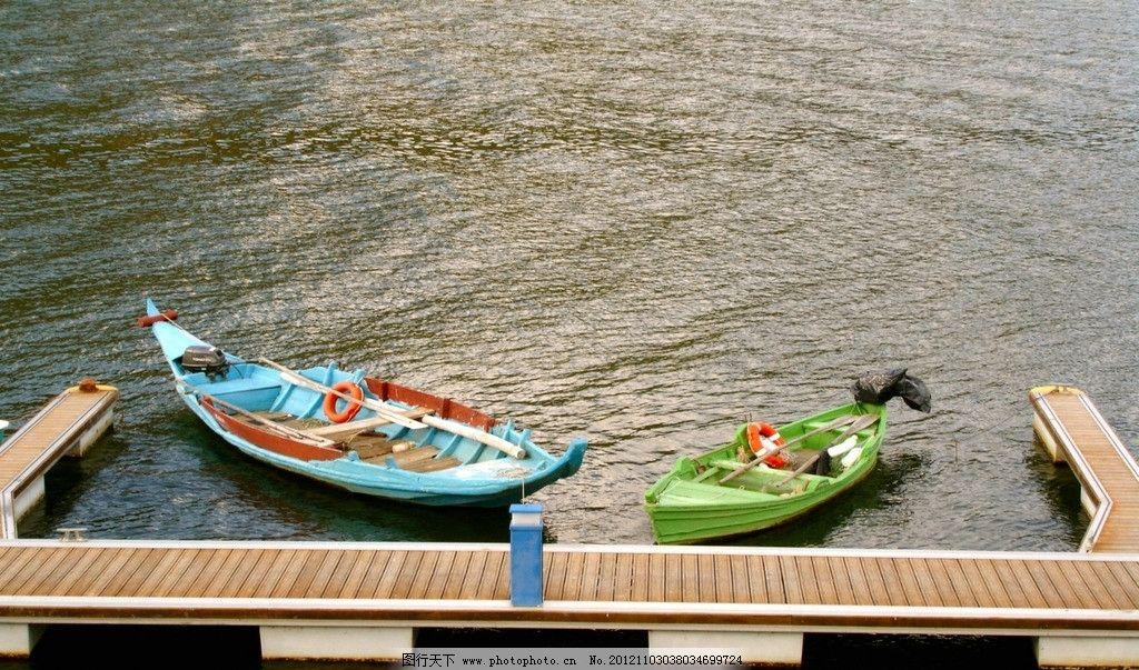 水面彩色船图片
