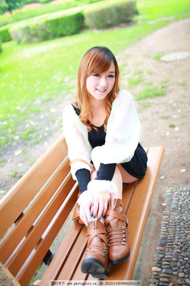 休闲风 铆钉 短靴 绑带 淑女 时尚 美女 风景 草地 椅子 服装模特摄影