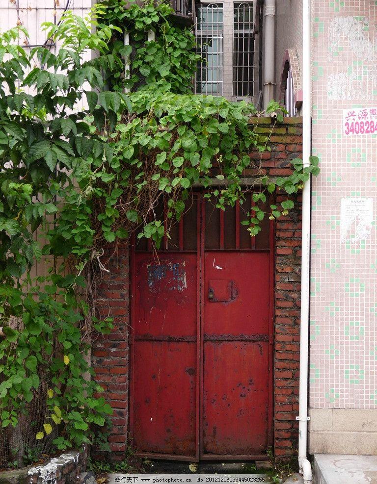 红色的铁门 红色铁门 砖墙 爬山虎 排水管 房屋 路边的铁门 建筑摄影