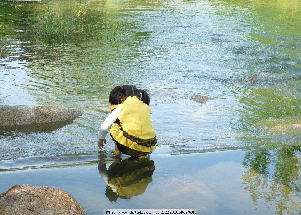 小女孩 溪水 儿童 女孩 戏水 儿童服装 可爱 童装 流水 小河 儿童幼儿