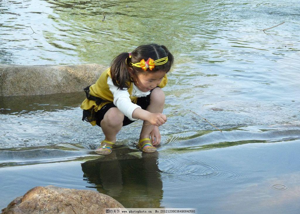 小女孩 女孩 溪水 戏水女孩 儿童摄影 儿童 小溪 石头 可爱 发卡 儿童