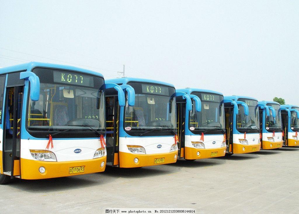 一排公交车图片