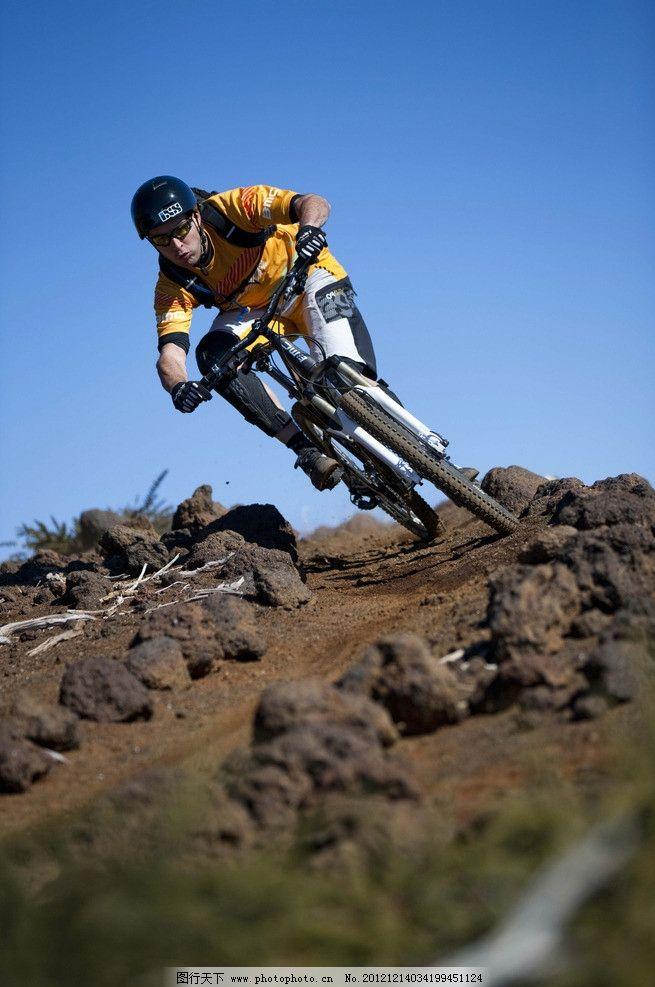 山地自行车 山地车 速降 骑自行车的人 黄色自行车 蓝天 风景摄影