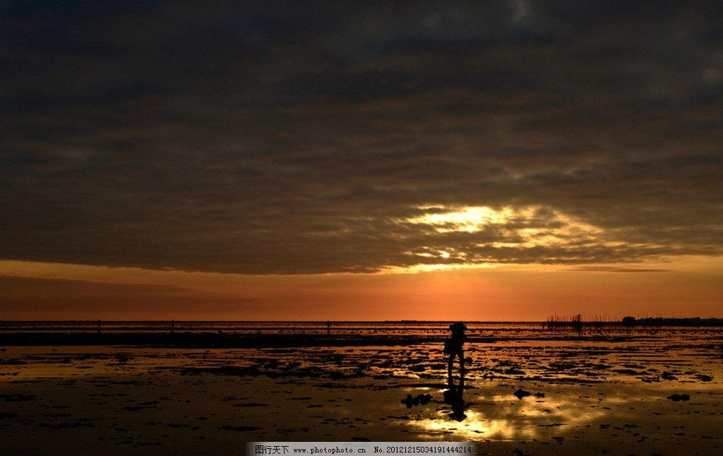 海边 海边的人 游客 晚霞 乌云 夕阳西下 沿海地区 海滩 摄影 自然