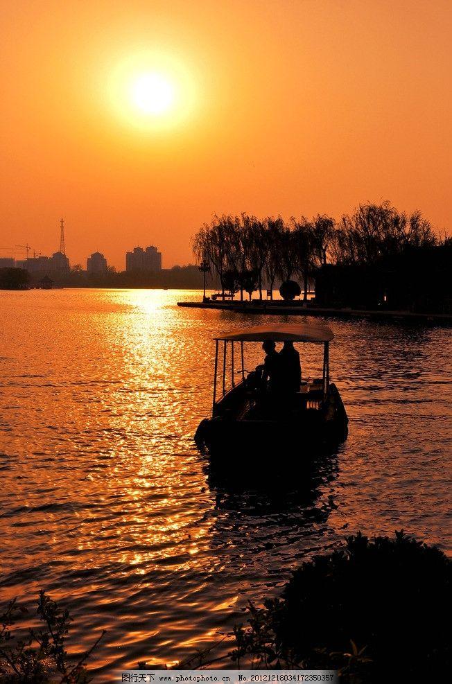 大明湖余辉 夕阳西下 水面 波光粼粼 蓝天 剪影 风景图片 自然风景