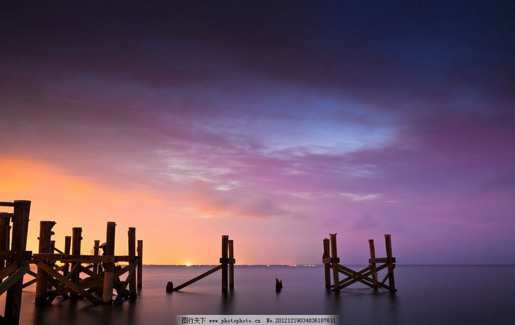 天空 海 沙滩 冷色调 木桩 夕阳 自然风景 自然景观 摄影 300dpi jpg