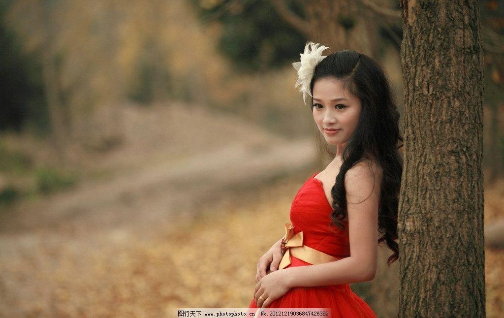 枫叶林下的红衣美女图片