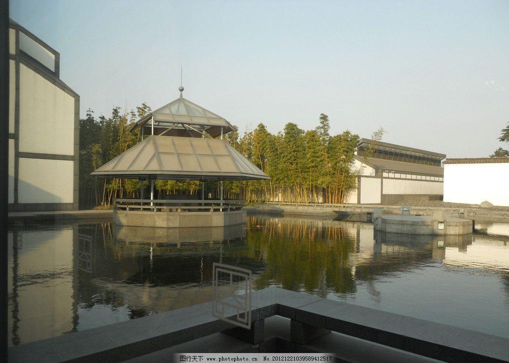 苏州博物馆一景 贝律铭设计 苏州博物馆 湖水 建筑 绿树 园林建筑